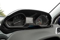 メーターのデザインも個性的。ドライバーは、天地方向につぶれた楕円(だえん)形ステアリングホイールの頭越しに、これら計器を眺めることになる。