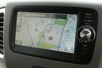 オプションで用意される新開発のカーナビゲーションシステム。バックモニターやワンセグ放送の受信、オーディオの操作機能なども備わる。