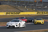 サプライズとして行われた、SUPER GTドライバーが駆る5台の市販仕様の「レクサスLFA」による模擬レース。後方に見える6台目は、「レクサスIS F」のセーフティカー。