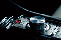 XKRのセンターコンソールに備わる「ドライブセレクター」。シフトポジションをダイヤルで選ぶというギミックが、XF以外にも採用された。