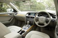 本革シート、フロントのシートヒーター、ウッドパネルは「SEパッケージ」と呼ばれる35万円のオプション。バング&オルフセンサウンドシステムが15万円、ガラスサンルーフが17万円のオプション。