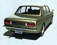 77デラックスのリアビュー。スタイリングに関してはごく常識的な線でまとめられていた。ボディサイズは全長×全幅×全高=3885×1465×1345mmと、40mm長い全長を除けば現在の「フィット」よりコンパクトで、とくに車幅は200mm以上も狭かった。車重は885kg。