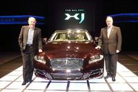 XJを手がけたジャガーカーズ社デザインディレクターのイアン・カラム氏(左)。右はジャガー・ランドローバー・ジャパンのデービッド・ブルーム代表取締役社長。
