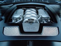 ツインターボ化された、6.75リッターV8エンジン。パワーアップによる性能やドライバビリティの向上に加え、2004年のグローバル排気ガス規制に対応するなど、エミッションも低減した。