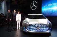 左からメルセデス・ベンツのデザイン責任者、ゴードン・ワグナー氏、メルセデス・ベンツ日本の上野金太郎社長、スマートのアネット・ウィンクラーCEO。
