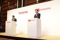 2016年1月に行われた、トヨタによるダイハツ工業完全子会社化の記者会見の様子。2015年度は自動車業界にさまざまなニュースが飛び交う一年でしたね。