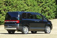 「デリカD:5 D-Premium」。ディーゼルモデルとガソリンモデルの外観上の違いはほとんどない。ディーゼルではハッチゲートに専用バッジが付く。
