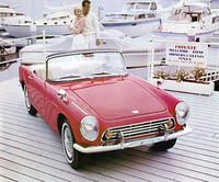 続いて63年10月に発売されたホンダ初の市販乗用車が「S500」。直4DOHC4キャブレター531cc・44psエンジンを搭載したオープン2座スポーツ。翌64年3月にはエンジンをスケールアップした「S600」に、66年1月には「S800」に発展した。