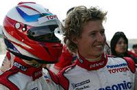 トヨタF1のサードドライバーを務めるライアン・ブリスコ(右)と並ぶのは、トヨタ自動車の齋藤明彦副社長。