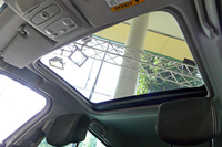ルノー・ルーテシアにガラスルーフ付きの限定車の画像