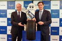 新商品「ミシュラン・プライマシー3」を囲む、日本ミシュランタイヤ 代表取締役社長のベルナール・デルマス氏(写真右)と、同 常務執行役員のアゴスティノ・マゾッキィ氏。
