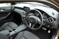「A180スポーツ」のインテリア。AMGステアリングホイールやアームレストにレッドステッチが施される。ダッシュボードのステッチはオプション。