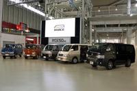 歴代「トヨタ・ハイエース」。写真では、左から順に初代、2代目、3代目……と並んでいる。