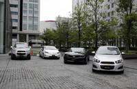 試乗会場には、「キャプティバ」(写真左)のほか、2011年秋に導入予定の「ソニック」(右)や2011年7月に発売された「カマロコンバーチブル」(右から2番目)のほか、本国では一部の州で販売が開始されているレンジエクステンダーEV(シリーズ方式プラグインハイブリッド)「ボルト」(左から2番目)が展示されていた。
