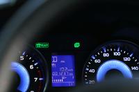EVモードでの走行中には、メーターパネル内のインジケーターが点灯。バッテリー容量の小ささもあってか、電気のみで長時間走ることはできない。