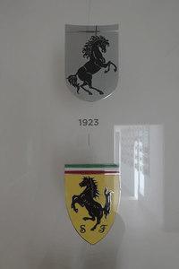 """エンツォ・フェラーリの生家にて。1923年のエンブレム(写真上)だけ""""跳ね馬""""が逆向きになっていた。下のエンブレムは1929年のもの。"""