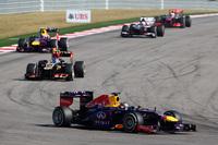 ベッテル(先頭)に次ぐ2位でレースを終えたグロジャン(2台目)。首位を狙うまではいかなかったが、レース中盤からチャージをかけてきたウェバー(3台目)をしっかりと抑え切った。なお最後の2戦を欠場することになったキミ・ライコネンの代役、ヘイキ・コバライネンは、数時間しか経験のないロータスのマシンで予選8位と健闘。しかしレースでは、フロントウイングの異常でノーズ交換を余儀なくされ、15位完走に終わった。(Photo=Red Bull Racing)
