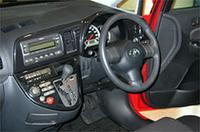 ウィッシュの廉価グレード「X Eパッケージ」はラジオレス(2スピーカー付き)。上級グレード「X Sパッケージ」もラジオレス(4スピーカー付き)ながら、トヨタ初採用の、9スピーカー付き「JBLプレミアムサウンドシステム」がオプション設定(15.0万円)される。ただし、DVDナビゲーションとの同時装着は不可