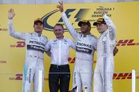 初めての、F1ロシアGPの表彰台。ポール・トゥ・ウィンで4連勝を飾ったメルセデスのルイス・ハミルトン(右から2番目)、2位に終わったニコ・ロズベルグ(一番左)、3位に入ったウィリアムズのバルテリ・ボッタス(一番右)。(Photo=Mercedes)