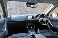運転席まわりの様子。操作性と視認性にすぐれる、コックピットのようなデザインを目指したという。