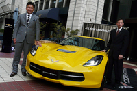 新型「シボレー・コルベット」と、ゼネラルモーターズ・ジャパン代表取締役社長の石井澄人氏(左)、同社セールスマーケティングディレクターのグレッグ・セデウィッツ氏(右)。