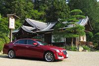 寶登山神社の駐車スペースにて。「キャデラックCTSセダン」のこのカタチは、意外と日本の景観にマッチする気がする。