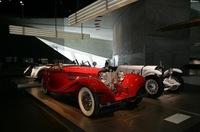 赤いクルマは1936年「500K スペシャルロードスター」。当時の最高級ツーリングカーで、現存数は5台だという。奥の白いクルマは、1928年「SSK 27/170/225ps」(オリジナル!)、スーパーチャージャー付き7.1リッター直6エンジンを搭載する。いずれもヴィンテージ物としては最上級クラス。