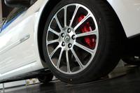 フロントのブレーキキャリパーは、ベース車同様ブレンボ製のアルミモノブロック。限定車では、これが赤くペイントされる。