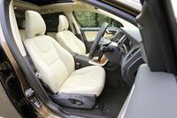 本革シートが標準装備されるが、テスト車の前席にはオプションのスポーツシートが装着されていた。いずれもポジションメモリー機構を備える。