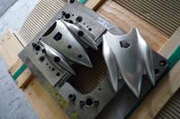 ボディーはアルミ製。金型を用いたプレス加工で作られる。