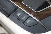 走行モードの切り替えはセンターコンソールのスイッチで行う。