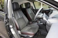 黒革内装ではシートはブラックとディープレッドのツートンカラーとなる。