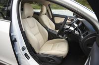 特別装備のひとつである、本革仕立てのシート。車体色に合わせて、ソフトベージュ(写真)またはオフブラックのカラーが組み合わされる。