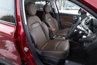 「クロスプラス」にはレザーシートが与えられる。フロントシートには8wayの電動調整機構とシートヒータ―が備わる。