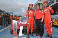 勝利を喜ぶLEXUS TEAM ZENT CERUMOの3人。写真左から、立川祐路、浜島裕英監督、そして石浦宏明。