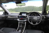 メーカー純正HDDナビや前席パワーシート、左右独立調整機能付きオートエアコンなど、装備は充実。内装色はブラックのみの設定となる。(プラグインハイブリッド車の内装色はベージュ)