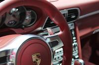 「911ターボ」のインテリア。一部で不満の声が聞かれたステアリングのシフトスイッチだが、パドルシフトも用意されるようになった。