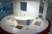 クルマと並んで展示される、浴槽。有名ブランド「アクアマス」のものだ。