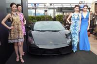 イタリアのファッションブランド「ロベルト カヴァリ」のファッションショーが華を添えた。