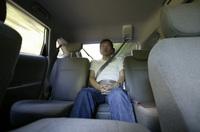 後席センターに座る、自動車ジャーナリストの生方聡