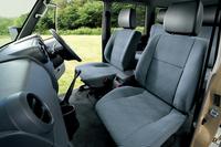 ファブリック表皮のシート。後席には4ドアバン、ピックアップトラックともに、一体可倒式の格納機構が備わる。