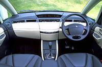 5mm厚の熱反射ガラス製サンルーフと、センターピラーレス構造のおかげで開放感あふれる車内。インパネまわりはシンプルな作りで、メーターはセンターに配される
