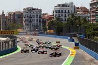 3年連続バレンシアでポールシッターをつとめたセバスチャン・ベッテルのレッドブル(先頭)がスタートでトップをキープ。(Photo=Red Bull Racing)