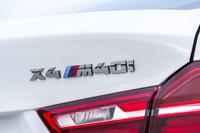 """リアエンブレム。高性能モデルであることを示す、トリコロールの""""M""""が添えられる。"""