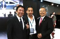 上海ショーの会場で遭遇した、マツダの山内孝代表取締役会長 社長兼CEO(右)と、「アテンザ」の開発などを担当した商品本部の梶山浩主査(左)。山内さんは2013年6月25日付で社長を辞し、会長職に専念することになる。