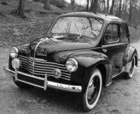 1946年に登場した「ルノー4CV」。モノコックの4ドアセダンボディーのリアに、760cc(50年から748cc)の直4 OHVエンジンを搭載、3段MTを介して後輪を駆動する。本国では61年までに110万台以上が作られ、フランス車初のミリオンセラーとなった。