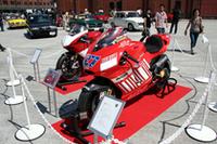 今シーズンのMoto GPでチャンピオン街道を爆走しているドゥカティ「デスモセディチGP7」(手前)。ドゥカティお得意のデスモドロミック(強制バルブ開閉機構)付きの水冷V4DOHC799ccエンジンは、最高出力200ps以上を発生、最高速度は310km/h以上に達する。
