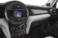 ダッシュボードの中央に配置されたセンターディスプレイは、MINIの室内できわめて大きな存在感を放っている。(写真=BMW)