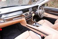 BMW7シリーズのコクピット。ナビやオーディオを操作するiDriveが日本仕様にあわせた設定となり、使い勝手が格段に向上した。