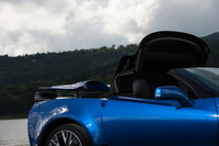 電動開閉式のソフトトップは、車速が50km/h以下であれば走行中でも操作が可能となっている。